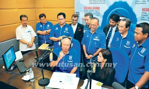 Najib Tun Razak ditemu bual oleh penyampai SelangorBN.fm, Kavimani Muthayam (kanan) sambil diperhatikan oleh para pemimpin BN Selangor termasuk Noh Omar dan Mohd. Zin Mohamed semasa Majlis Pelancaran radio SelangorBN.fm di Bangunan UMNO Selangor di Shah Alam.