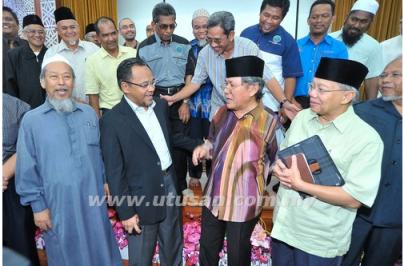 AHMAD Fairuz Sheikh Abdul Halim (depan, dua kanan) bersama Dr. Hasan Ali (kanan), Nasharudin Mat Isa dan Ismail Mina Ahmad beramah mesra selepas majlis perjumpaan wakil wakil NGO Islam mempertahankan kalimah Allah di Masjid Negara, Kuala Lumpur.