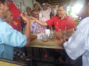 Datuk Seri Mustapa Mohamed tidak kekok bersama rakyat di mana saja biarpun beliau seorang menteri. Gambar ini dirakamkan ketika beliau minum petang di kedai kopi Li, sebelah Masjid Batang Merbau 5 Januari 2013