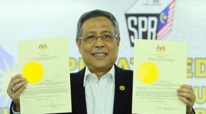 ABDUL Aziz Mohd. Yusof menunjukkan Pengisytiharaan Pembubaran Dewan Rakyat pada sidang media di Pusat Media Pilihan Raya Umum Ke-13 Suruhanjaya Pilihan Raya (SPR), Putrajaya.
