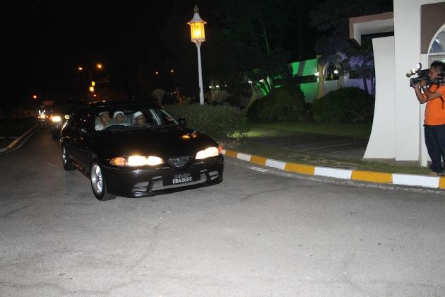 Nik Aziz tiba di Istana Negeri, Kubang Kerian kira-kira jam 10.52 malam tadi dengan menaiki kereta jenis Proton Perdana bernombor pendaftaran DBA 8668.